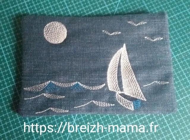 Trousse jeans recyclé brodée bateau - verso