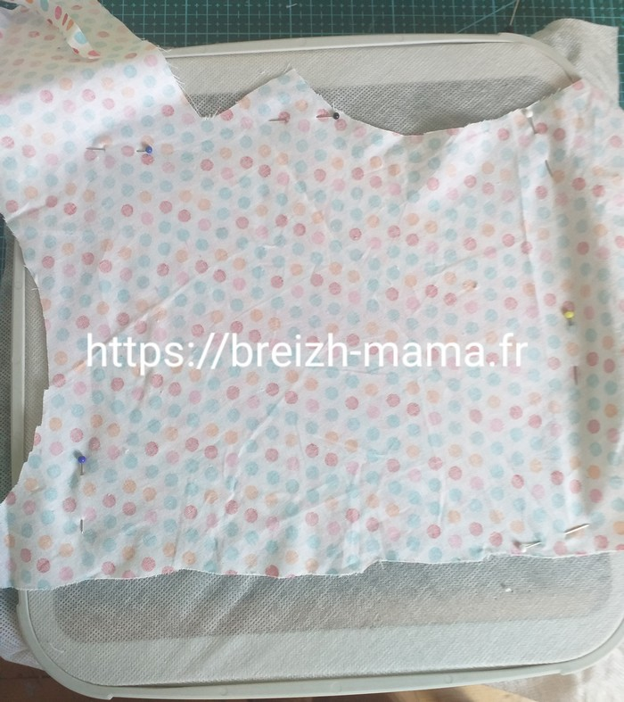 22 - Placer votre tissu de doublure arrière, sur l'envers de votre cadre endroit contre endroit